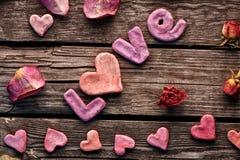 Amour de Word avec les pétales de rose et le petit coeur Photographie stock libre de droits