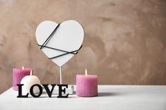 AMOUR de Word, coeur décoratif et bougies Photographie stock