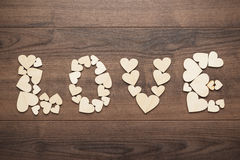 Amour de Word composé avec les coeurs en bois Photo libre de droits