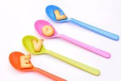 AMOUR de Word dans des cuillères colorées Photo stock