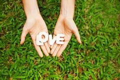 Amour de Word dans des deux mains Photographie stock libre de droits