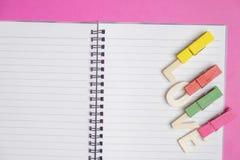 AMOUR de Word dans le livre vide sur le fond rose avec l'espace pour le texte, icône d'amour, le jour de valentine photo stock