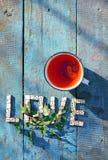 Amour de Word ? ? des dominos en bois avec le thé de tasse Photo stock