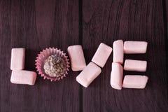 AMOUR de Word des guimauves et du chocolat Images stock