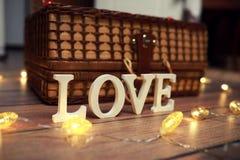 Amour de Word des lettres en bois sur le fond Photo stock
