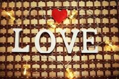 Amour de Word des lettres en bois sur le fond Images libres de droits