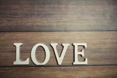 Amour de Word des lettres en bois sur le fond Image stock