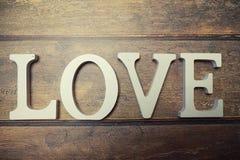 Amour de Word des lettres en bois sur le fond Images stock