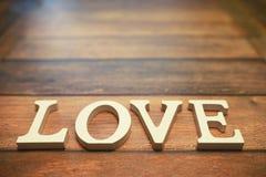 Amour de Word des lettres en bois sur le fond Photos stock