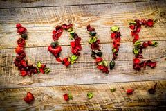 AMOUR de Word des pétales de fleur Image stock