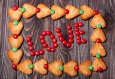 Amour de Word des sucreries sur le fond en bois Photo stock