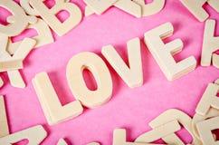 AMOUR de Word en bois sur le fond rose Image stock