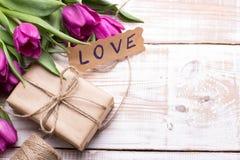 AMOUR de Word et bouquet des tulipes Images libres de droits