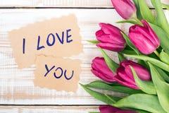 AMOUR de Word et bouquet des tulipes Photographie stock libre de droits