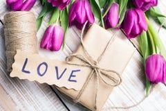 AMOUR de Word et bouquet des tulipes Photos stock