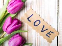 AMOUR de Word et bouquet des tulipes Photo stock