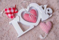 Amour de Word et coeurs faits main rouges Images libres de droits