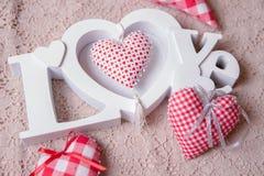 Amour de Word et coeurs faits main rouges Images stock