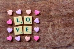 Amour de Word et sucreries en forme de coeur Photographie stock