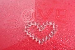 Amour de Word et symbole de coeur des boules Image stock