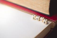 Amour de Word et vieux livre sur en bois avec l'espace de copie dans le ton de vintage Photos stock