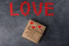 Amour de Word fait à partir des lettres Boîte-cadeau de St Valentine dans le métier PAP Photos libres de droits