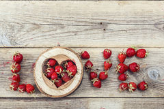 Amour de Word fait de fraises mûres Place pour le texte Photo stock