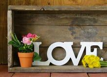 Amour de Word fait de lettres en bois blanches Photographie stock