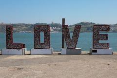 Amour de Word de légende : Structrure métallique avec de petits coeurs accrochés Photos libres de droits