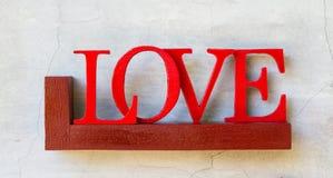 Amour de Word sur l'étagère en bois Photos stock