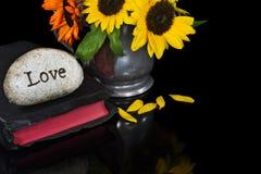 Amour de Word sur la pierre avec la bible Image libre de droits