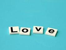 Amour de Word sur le fond bleu Photographie stock
