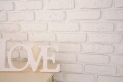 Amour de Word sur le fond de mur de briques Photo stock