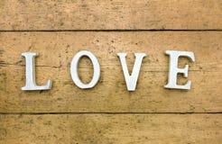 Amour de Word sur le fond en bois Photographie stock libre de droits