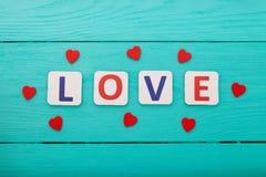 Amour de Word sur le fond en bois bleu Vue supérieure Voir les mes autres travaux dans le portfolio Copiez l'espace Fête des mère Photographie stock libre de droits
