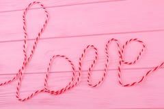 Amour de Word sur le fond en bois coloré Images stock