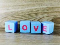Amour de Word sur le fond en bois de Saint Valentin de fond Images stock