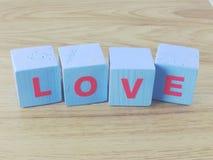 Amour de Word sur le fond en bois de Saint Valentin de fond Images libres de droits