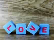 Amour de Word sur le fond en bois de Saint Valentin de fond Photo stock