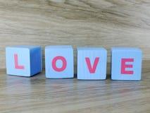 Amour de Word sur le fond en bois de Saint Valentin de fond Photographie stock