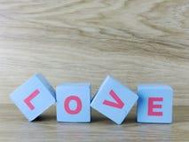 Amour de Word sur le fond en bois de Saint Valentin de fond Image libre de droits