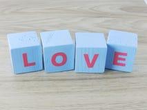 Amour de Word sur le fond en bois de Saint Valentin de fond Photos stock