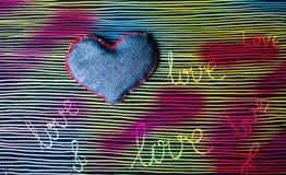 Amour de Word sur le fond peint à la main coloré Images libres de droits