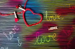 Amour de Word sur le fond peint à la main coloré Image stock