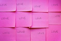 Amour de Word sur le papier rose Photographie stock libre de droits