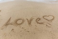 Amour de Word sur le sable Photos stock