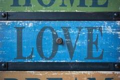 Amour de Word sur vieilles planches en bois Photos stock