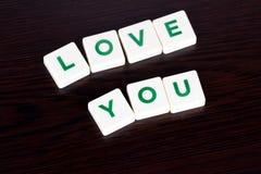 Amour de Word vous avec des lettres sur le fond en bois Images libres de droits
