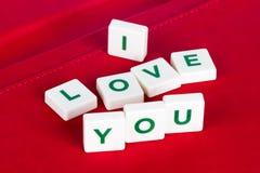 Amour de Word vous avec des lettres sur le fond rouge Photo stock
