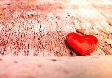 Amour des coeurs rouges sur le fond en bois Photos libres de droits